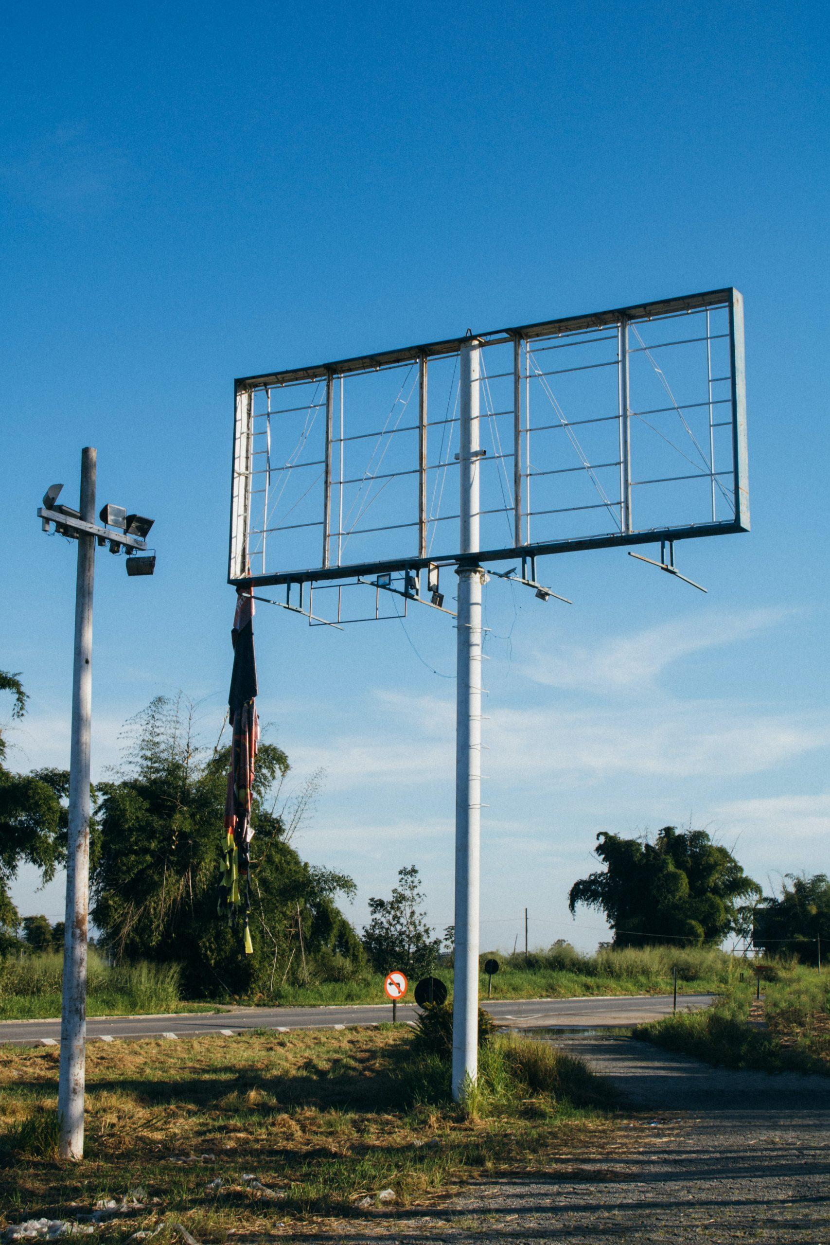 Billboardy nawołujące do niepodawania komunii na rękę
